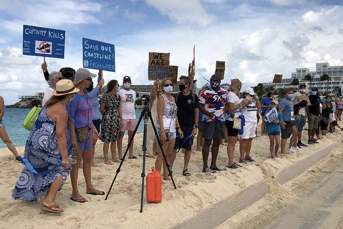 Rumoured dolphinarium prompts  demonstration on Maho Beach