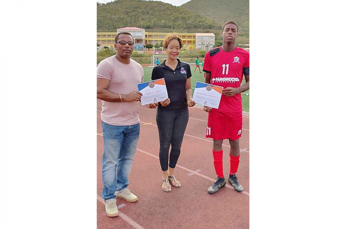 MP presents athletes with  certificates of excellence